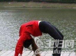 资讯生活瑜伽2式提臀操 舒展身体提臀效果佳